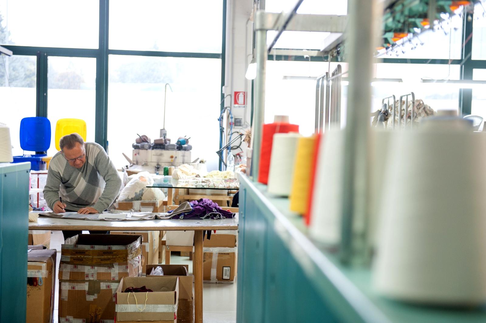 particolare produzione | Azienda Michele Rubini | Maglificio | Vendita maglioni in cashmere